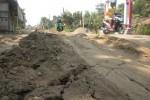 Timbunan tanah terlihat di permukaan jalan Plupuh-Gemolong, Sragen, Selasa (26/5/2015). (Khodiq Duhri/JIBI/Solopos)
