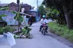 Salah satu pengendara melintas di sekitar lubang yang ada kawasan Jogoripon RT 06, Dusun Geneng, Desa Panggungharjo, Kecamatan Sewon, Senin (4/5/2015) pagi. (Harian Jogja/Arief Junianto)
