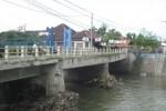 Jembatan Tukuman yang berada di antara Desa Plosowangi-Desa Cawas, Kecamatan Cawas ambles pada bagian tengah. Kondisi itu sudah terjadi selama dua tahun terakhir. Foto diambil Senin (5/5/2015). (JIBI/Solopos/Taufiq Sidik Prakoso)