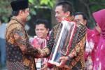 Walikota Madiun, Bambang Irianto menerima penghargaan dari Wakil Gubernur Jatim. (Istimewa)