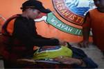 Tim SAR sedang mencoba memberikan pertolongan kepada salah satu wisatawan yang terseret arus di Pantai Gesing, Panggang, Rabu (27/5/2015). (JIBI/Harian Jogja/Sekretaris SAR Satlinmas Wilayah II)