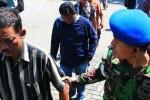 Kuli angkut diamankan polisi militer TNI AL. (Detik.com)