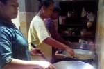 Para ibu rumah tangga yang tergabung dalam kelompok pengolah dan pemasar wader, Citra Wader, Dusun Kliran IX, Desa Sumberagung, kecamatan Minggir, memasak ikan wader yang ditangkap di Kali Progo belum lama ini. (JIBI/Harian Jogja/Bernadheta Dian Saraswati)