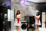 Dua Sales Promotion Girl (SPG) memamerkan produk-produk baru keleksi 2015 PT LG Indonesia. (JIBI/Harian Jogja/dok. LG).