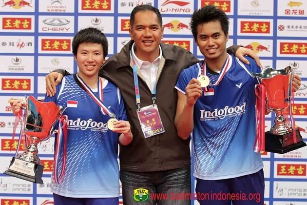 Ketum PBSI Gita Wirjawan saat bersama pasangan ganda campuran Liliyana/Tontowi. Ist/badmintonindones