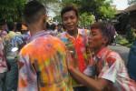 Pelajar membubuhkan tanda tangan di seragam temannya di depan SMK Bina Patria 1 Sukoharjo, Jumat (15/5/2015). Kegiatan mereka dilakukan sebelum pengumuman kelulusan SMA sederajat berlangsung. (Rudi Hartono/JIBI/Solopos)