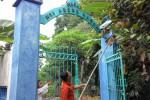 Warga di sekitar Makam Nyi Ageng Karang di kelurahan Tegalgede, Karanganyar, memangkas daun pisang yang menutupi nama pemakaman Nyi Ageng Karang, Sabtu (7/3/2015). (Sri Sumi Handayani/JIBI/Solopos)