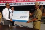 Wali Kota Solo, FX Hadi Rudyatmo (kanan), menerima bantuan secara simbolis dari PT Bank Mandiri Tbk yang diwakili oleh Asisten Vice Presiden PT Bank Mandiri Tbk, Nurachmad Yudho Devrianto (kiri). (Shoqib Angriawan/JIBI/Solopos)