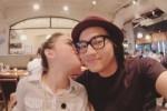 Wanita yang mirip Marshanda mencium pipi personel Pee Wee Gaskins (Istimewa/Instagram)