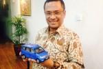 Menteri Saleh Husin memperlihatkan replika mobil Tiongkok yang bakal diproduksi di Indonesia (JIBI/Detik)