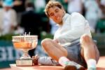 Petenis Spanyol Rafael Nadal yang selama ini dikenal sebagai raja petenis tanah liat, pose bersama trofi Prancis Open tahun lalu. Musim ini dia diprediksi bakal terjungkal mengingat performanya yang menurun. JIBI/Reuters