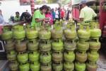 Warga Sabrang, Delanggu, Klaten mengikuti Operasi Pasar (OP) elpiji ukuran tiga kilogram di desa setempat, Rabu (27/5/2015). (Ponco Suseno/JIBI/Solopos)