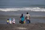 Beberapa wisatawan mengunjungi Pantai Trisik di Desa Banaran, Kecamatan Galur, Kulonprogo, beberapa waktu lalu. (JIBI/Harian Jogja/Rima Sekarani I.N.)