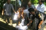 Personel Panwas Sukoharjo membakar lembar soal ujian tertulis di kantor panwas di Gayam, Sukoharjo, Jumat (29/5/2015). (Rudi Hartono/JIBI/Solopos)