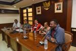 Mantan pesepakbola nasional yang kini menjadi anggota DPR Papua Jack Komboy (kiri) didampingi Anggota Komisi Eksekutif (exco) PSSI Djamal Aziz (kedua kanan) bertemu Wakil Ketua DPR Fahri Hamzah (tengah) didampingi Ketua Komisi X DPR RI Teuku Riefky Harsya (kedua kiri) di Kompleks Parlemen Senayan, Jakarta, Jumat (29/5). Mereka mengadukan nasib Persipura terkait batalnya pertandingan Persipura vs Pahang FA dalam babak 16 besar Piala AFC karena pembekuan PSSI. JIBI/Antara/Hafidz Mubarak A