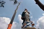 Pekerja mengerjakan pembangunan patung Bunda Maria di kawasan wisata reliji Gua Maria Kerep, Ambarawa, Kabupaten Semarang, Jateng, Kamis (30/4). Patung setinggi 42 meter tersebut diklaim akan menjadi patung sosok Bunda Maria tertinggi di dunia. (ANTARA FOTO/Aditya Pradana Putra)