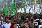 Ribuan umat Islam mengikuti pawai Tauhid saat melintas di Jl. dr. Moewardi, Solo, Sabtu (16/5.2015). Pawai tersebut digelar untuk menyambut Isra Miraj dengan mengambil start dari kawasan lapangan Kottabarat hingga Gladak. (JIBI/Solopos/ Sunaryo Haryo Bayu)
