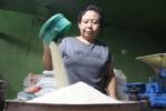 Salah seorang pedagang Pasar Klewer mengayak beras, Rabu (20/5/2015). Terungkapnya beras sintesis di pasaran membuat pedagang cemas. (JIBI/Solopos/Shoqib Angriawan)