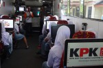 Beberapa siswa mengikuti sosialisasi anti korupsi di dalam bus pembelajaran KPK yang diparkirkan di halaman SMA Negeri 1 Pengasih, Kulonprogo, Selasa (12/5/2015). (Rima Sekarani/JIBI/Harian Jogja)