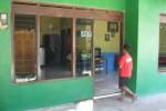 Seorang anak masuk ke rumahnya di Padasan RT 002/RW 007, Mranggen, Polokarto, Sukoharjo, Rabu (20/5/2015). Rumah tersebut dirusak kelompok massa tak dikenal, Selasa (19/5/2015) malam. (Rudi Hartono/JIBI/Solopos)