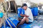 Nur Wahyudin sedang melubangi tong tong plastik untuk budi daya lobster di Pantai Sepanjang, Kecamatan Tanjungsari, Gunungkidul, Jumat (18/4/2015). (JIBI/Harian Jogja/David Kurniawan)