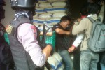 Polisi membawa senjata laras panjang saat inspeksi mendadak (Sidak) beras plastik di Pasar Legi, Solo, Rabu (27/5/2015). (Muhammad Irsyam Faiz/JIBI/Solopos)