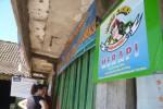 Turis asing berada di pos Barameru dan berencana naik Gunung Merapi, Rabu (20/5/2015). Jalur pendakian ke Merapi masih ditutup meskipun operasi evakuasi Eri Yunanto, 21, dari kawah Merapi sudah selesai Selasa (19/5/2015). (JIBI/Solopos/Hijriyah Al Wakhidah)