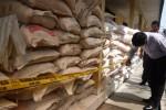 Aparat Polres Boyolali memeriksa puluhan ton pupuk bersubsidi yang disita dari salah satu pedagang ilegal di Dukuh Pomah, Kelurahan Mojosongo, Kecamatan Mojosongo, Boyolali, Kamis (28/5/2015). (JIBI/Solopos/Hijriyah Al Wakhidah)