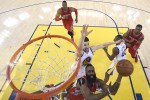 Guard Houston Rockets, James Harden (13), melesakkan bola ke basket Golden State Warriors yang dihadang guard Klay Thompson (11). JIBI/Reuters/John Mabanglo-Pool Photo via USA TODAY Sports