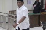 Terdakwa kasus korupsi Griya Lawu Asri (GLA) Karanganyar Romdloni berjalan meninggalkan ruang sidang Pengadilan Tindak Pidana Korupsi (Tipikor) Semarang, Selasa (5/5/2015).  Ia dijatuhi hukuman satu tahun penjara oleh majelis hakim. (Insetyonoto/JIBI/Solopos)