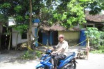 Seorang pengendara sepeda motor melintas di depan rumah Untung Mardi Widodo di Dukuh Soditan RT 02/RW 08, Ngadirejo, Kartasura, Sukoharjo, Senin (4/5/2015). (JIBI/Solopos/Eni Widiastuti)
