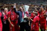 Pelatih Sevilla Emery memegang trofi Juara Liga Europa. Dia diminta tetap bertahan. JIBI/Reuters