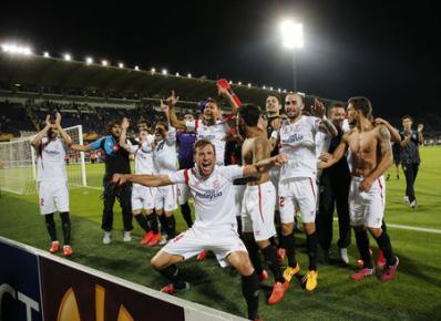 Pemain Sevilla merayakan kemenangan seusai melawan Fiorentina. JIBI/Rtr/Giampiero Sposito