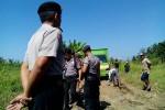 Petugas melakukan peninjauan akses jalan yang digunakan warga untuk mengangkut hasil penambangan pasir Sungai Progo di areal persawahan di Desa Banaran, Galur, Jumat (29/5/2015). (Holy Kartika N.S/JIBI/Harian Jogja)