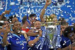 Pemain Chelsea John Terry memegang trofi saat merayakan juara Liga Premier. JIBI/Rtr/Dylan Martinez