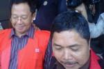 Tersangka koruptor dana Bantuan Sosial (Bansos) APBD Jateng 2011, Joko Suryanto (kiri), dikawal pegawai Kejakti Jateng untuk ditahan di LP Kedungpane, Kota Semarang, Kamis (21/5/2015). (Insetyonoto/JIBI/Solopos)