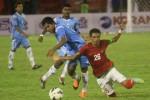 Pemain Timnas U-23 Alfin Tuasalamony berebut bola dengan pemain Sri Lanka. JIBI/Antara/Akbar Gumay