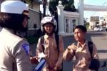 Siswa SMP menangis saat ditilang Polwan (Istimewa/Youtube)