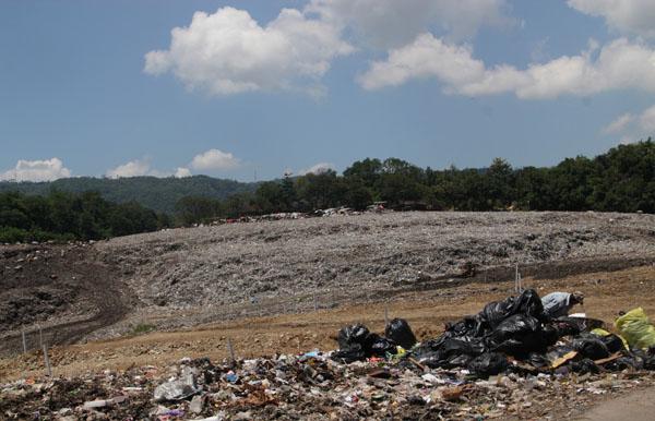 Gunungan sampah di TPA Piyungan, Senin (11/5/2015). (JIBI/Harian Jogja/Arief Junianto)