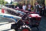 Anggota kelompok tani akan mengambil traktor yang merupakan bantuan dari Kementerian Pertanian di halaman kantor Dinas Pertanian dan Kehutanan, Kamis (7/5/2015). (Holy Kartika N.S/JIBI/Harian Jogja)