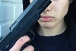 Ilustrasi selfie dengan pistol (Istimewa/Tumblr)
