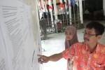 Warga menyaksikan pengumuman calon anggota Panitia Pemilihan Kecamatan (PPK) yang terpajang di Kantor Komisi Pemilihan Umum (KPU) Sukoharjo, Rabu (13/5/2015). (Moh. Khodiq Duhri/JIBI/Solopos)
