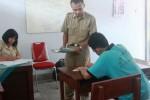 Seorang warga binaan mengerjakan UN Kesetaraan Paket B di Lapas Anak Wonosari, Senin (4/5/2015). (David Kurniawan/JIBI/Ha