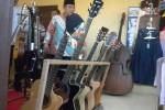 Bupati Sukoharjo, Wardoyo Wijaya, mengunjungi salah satu kios yang menjual aneka kerajinan gitar di sela-sela acara Peresmian Sentra Wisata Industri dan Ekonomi di Desa Ngrombo, Kecamatan Baki, Sukoharjo, Minggu (3/5/2015). (JIBI/Solopos/Moh. Khodiq Duhri)