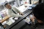 JIBI/HARIAN JOGJA/DESI SURYANTO TUKAR UANG BARU -- Aktifitas warga untuk menukarkan uang baru di gedung Bank Indonesia di jalan Senopati, Jogja, Rabu (10/8) mulai terlihat peningkatannya. Setiap hari kerja Bank Indonesia melayani sedikitnya 300 warga yang hendak menukarkan uang untuk keperluan Lebaran, BI memberikan pelayanan penukanaran uang sejak tanggal 1 hingga 25 Agustus.