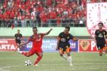 Pemain Persis Solo, Saddam Husain (kiri), melepaskan tendangan ke gawang PSIR Rembang pada pertandingan Piala Polda Jateng 2015 di Stadion Manahan, Solo, Minggu (31/5).  JIBI/Solopos/Reza Fitriyanto
