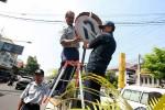 Perawatan Rambu Jalan (JIBI/Harian Jogja/Desi Suryanto)