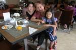 Angeline (kanan) bersama ibu angkatnya Margriet (tengah) dan kakak angkatnya Christina (kiri). (Twitter.com)
