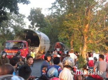Warga menyaksikan kedatangan pesawat terbang bekas Batavia Air, Boeing 737-300 di Taman Wisata Edukasi Dirgantara, Rabu (24/6/2015) sore. (Bayu Jatmiko A/JIBI/Solopos)