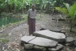 Darmo Suwignyo, 80, warga Dukuh Ngruweng, Desa Wiro, Bayat, Klaten menunjukkan tiga batu yang digunakan Kiai Abdul Qohhar, tokoh penyebar ajaran Islam untuk salat. Foto diambil Sabtu (20/12/2014). (Taufiq Sidik/JIBI/Solopos)